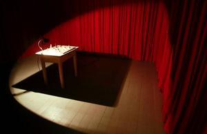I Sonja Nilssons draperade rum blir besökarens egna upplevelser centrala.
