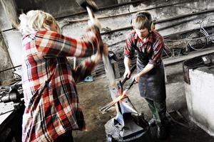 Smederna hade fyra timmar på sig att skapa sina tävlingsbidrag.  Gustav Alin jobbar hårt med järnet och får hjälp av släggdrängen Ulla Rasmussen.