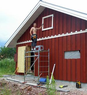 Nils Hedberg jobbar på huset på Åkervägen. Foto:Privat