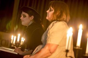 Vid scenen läste två gestalter sagor, de var väldigt lika AnnaSara D Formgren och Josefine Tysklind.