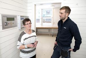 """Trivsel i stället för tjafs. Hyresgästen Gittan Samuelsson gillar tvättstugan i hennes kvarter, """"Det fungerar mycket bättre än på andra ställen där jag bott"""", säger hon. """"Efter att vi fräschat upp har det blivit mindre klagomål"""", säger Kristoffer Holgersson, Mimers kvartersvärd."""