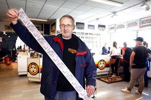 Stig Svensson visar stolt upp sina nyköpta brynäsbiljetter medan kön ringlar bakom honom.