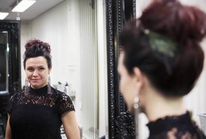 Jenny Sjöholms andra frisyr är stramare. Hårmunken sitter på hjässan och de röda hårslingorna kommer fram och ger en kontrast till det mörka håret.   Blinget kommer från Glitter och förhöjer intrycket, tycker Katarina.