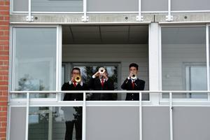 Pukor och trumpeter hör en invigning till. De hade dock lyckan att få stå inne på en balkong i snålblåsten.