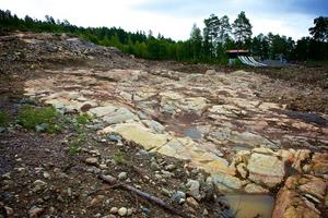 Bygget av hoppbackarna för ungdomar slutade med en grusgrop. Nu ska bygget färdigställas för 10 miljoner kronor.