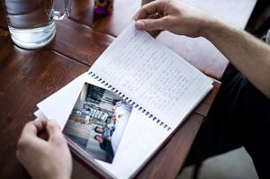 Dagboken fick Stefan med sig hem från sjukhuset. Där står allt dokumenterat som han har varit med om.