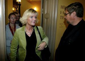 Infrastrukturminister Ulrica Messing gör teaterchefen Tomas Melander sällskap i salen. Hon deltog också i publiksamtalet efteråt.