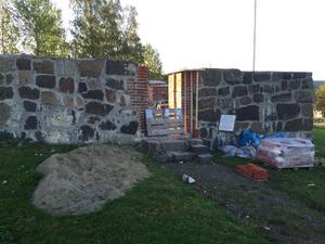 Det är här inne i kyrkoruinen Lennart Jähkels anfader begravdes på 1600-talet. Ruinen håller just nu på att renoveras.