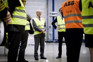 Kungen ställde massor av frågor under rundvandringen på ABB-området. Här ses han i den stora provhallen Uhven.