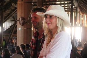 Pappa Niklas Svensson lyssnar till musiken tillsammans med dottern Emma Svensson.