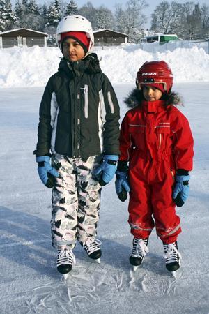 Rebecka Folenius och Stina Folenius gillar att åka skridskor, så de följde med sin pappa Klas denna söndagsmorgon.