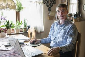 Datorn är fortfarande Kjells Larssons redskap. Där författar han de bycirkelreferat som han sedan skickar in till Örnsköldsviks Allehandas Nära-sidor.