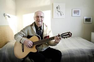 """Sven-Erik """"Falle"""" Fahlander smiter iväg till Åland på sin 75-årsdag men inser att han ändå inte kommer undan uppvaktning från sina många vänner. Och musiken håller han igång, liksom att måla tavlor."""
