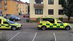Flera ambulanser kallades till platsen efter larmet om olyckan.