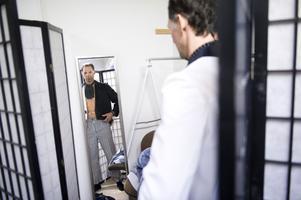 Omklädningsrum finns i lokalen och Mats Broman passade på att prova en unik kostym.