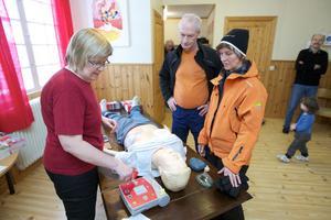 Gun Eriksson förevisade hjärt- lungräddning för Anne Eriksson och Björn Lesser från Nyhammar.