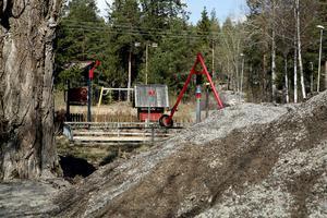 Kommunen har fått klagomål på upplag med sopgrus bredvid en lekplats.