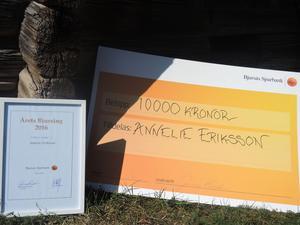 Annelie Eriksson tilldelas 10 000 kronor från Bjursås Sparbank som årets bjursing.