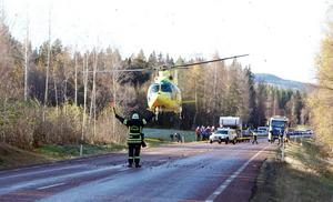 Helikopter hämtade en av de skadade, som flögs till Gävle sjukhus. Riksväg 83 var helt avstängd under arbetet.