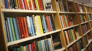 Bokhyllor på bibliotek.