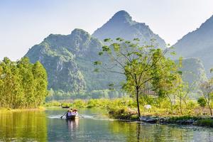 Grönskande vyer under en båtresa på väg mot Parfym-pagoden, 60 kilometer sydväst om Hanoi.