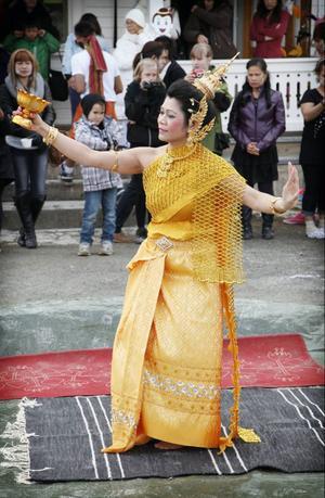 Panee Åsberg svarade för en suggestiv dans i traditionell dräkt.