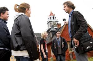 Kopparbergsljud. Det mest typiska ljudet för Kopparberg är tingsklockan tycker eleverna i musikprofilklassen. Musikern David Lennartsson spelar in ljudet.