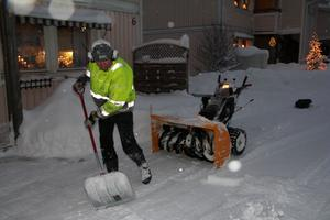 När hyresgästerna går ut och hämtar tidningen då är Kjell Jonsson i färd med finsputsningen.