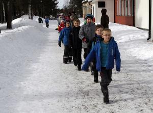 11:18 De barn som inte kan vara hemma trots att det är lov från skolan har möjlighet att vara på fritids. Här är det barn som går på fritids vid Gärdeåsskolan som är på väg på lunch. De har varit ute och lekt i snön, fikat på Märtas och skapat figurer av lera. Av de 68 barn som i normala fall går på fritids var det 23 barn som tillbringade onsdagens lovdag på fritids.