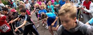 Skolorna i Gävle satsar på idrott. Här går starten för Vikingamaran i Bomhus. Exakt 392 elever från Vikingaskolan ställde upp och fick hamburgare, grönsak, glass och medalj vid målgången.