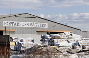 GÅR VIDARE. Nu är uppsägningarna klara vid sågen i Norrsundet som stänger vid årsskiftet. Företaget erbjuder ekonomiskt stöd till dem som söker nya jobb eller börjar en utbildning.
