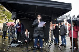 Eva-Len Strandberg från asylgruppen höll tal.