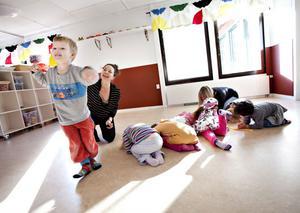 """""""Kan ni vara små, små fröer?"""" säger koreografen Sophia Färlin Månsson och barnen kryper ihop till små bollar på golvet. Sedan """"vattnar"""" hon dem från den gula vattenkannan som finns i ryggsäcken. """"Nu kan ni växa upp och bli vad ni vill"""", säger hon sedan. Fyraårige Gabriel Bentzer växer upp och blir en köttätande växt."""