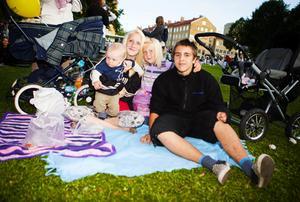 Malin Johansson med sonen Kelian. Bredvid hennes systerdotter Nadina och kompisen Niklas. Babsan är bäst ikväll, tycker Malin.