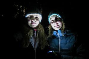Halloweenvandrande  Martina Blomström från Ås och Maja Persson från Frösön blev spöklika när de lyste upp sig själva med en pannlampa.