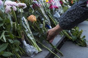 Offren hedras med blommor på trappan mot torget.