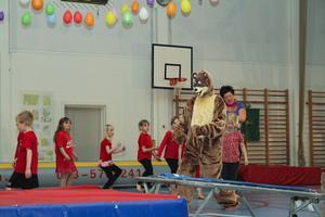 Björnen är kompis med Gympapatrullen. Här följer han på resan till Nordpolen.