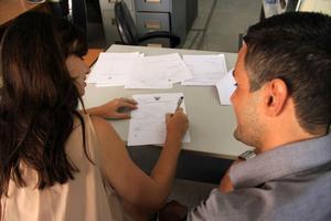 GIFTA PÅ RIKTIGT. Här på öns motsvarighet till Stadshuset skrev Hanna och Kevin på förmiddagen på papperen som officiellt gjorde dem till man och hustru.