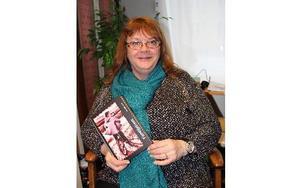 """Nu kan Annelie Hed ursprungligen från Krylbo, inte bara titulera sig Faco-ordförande och familjehemsmamma. Nu kan också kalla sig författare sedan hon skrivit en bok om att leva i ett familjehem. Många av """"hennes"""" barn träffar hon årligen på ett sommarläger i Pellbo i Avesta.FOTO: KERSTIN ERIKSSON"""