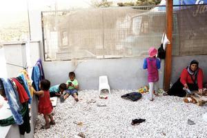 Fatma reste ensam med sina sex barn i en gummibåt från Turkiet till Samos. 55 personer åkte i samma båt.