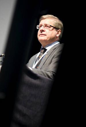 """Enligt Ingemar Skogö har Vägverket """"fortsatt stora hål att stoppa i ett eftersatt underhåll"""". Han öppnade också för samtal om forskning och utveckling i Östersund."""