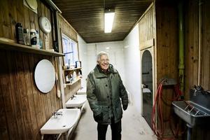 Jubilerande bastu. Stig Holm, ordförande i Viby bastubadares förening, visar den nyfixade bastun. På stora lögaredagen, den 20 december, firas föreningens 70-årsjubileum.Foto: Lennart Lundkvist