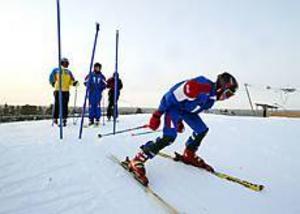 Träning på hemmplan. Kristoffer Fransson i Gävle alpina kastar sig ut  i slalombanan vid säsongspremiären i Hemlingby på lördagen.
