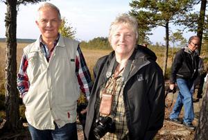 – Här går ett streck med tranor och svanar. Vindkraftverken skulle hamna mitt i det strecket, säger Anders Olsson, som får medhåll av Lena Gribing. Foto: Samuel Borg