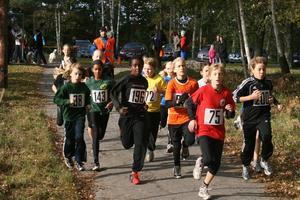 Pojkar och Flickor 11 år har precis startat. Efter 1,5 kilometers löpning är det sedan nummer 200 Ludvig Spector och nummer 143 Esther Sandén Alin som kommer först i mål.