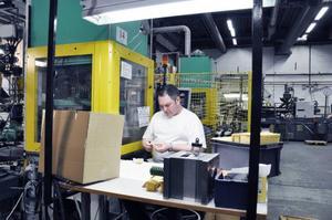 Piotr Babinski började med tre veckors praktik på Essge plast i Östersund för att sedan bli anställd av Samhall som hyr ut honom till företaget. Piotr Babinski arbetar bland annat med att formpressa plast till filter i motorsågar.