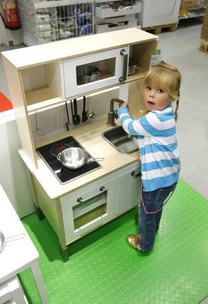 Ett leksakskök är en av nyheterna och har redan blivit en populär lekplats i varuhuset. Sofie Norrström, 3 år, föll direkt.