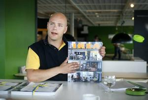 Tomas Bolander visar upp årets Ikea-katalog. Varianten som går ut till hushållen är betydligt mindre.
