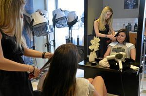 Frisör för en dag. Enesa Muratovic fixar håret på Ailin Toma, båda från Vialundskolan. De testade hantverksprogrammet frisör.