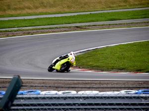 Ellinor Milde susar förbi på sin motorcykel under en av sommarens tävlingar. Foto: Privat